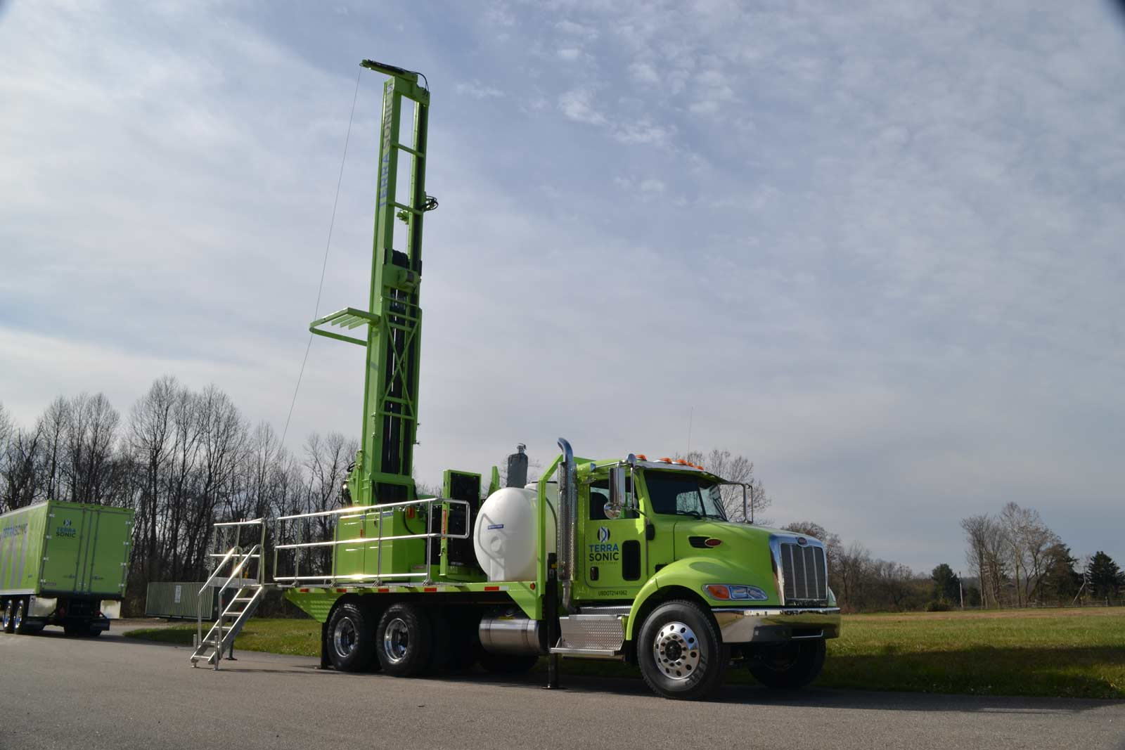 TSi 150T Sonic Drill Rig front quarter, extended