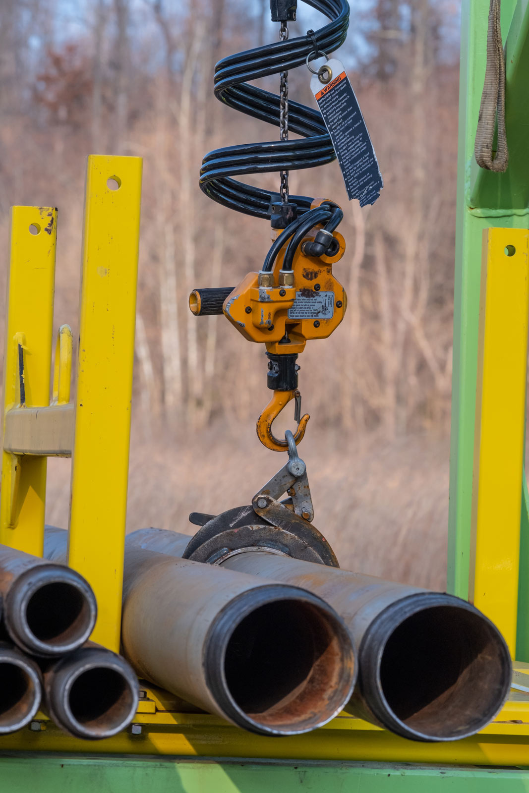 Claw of sonic drilling pipe handling system